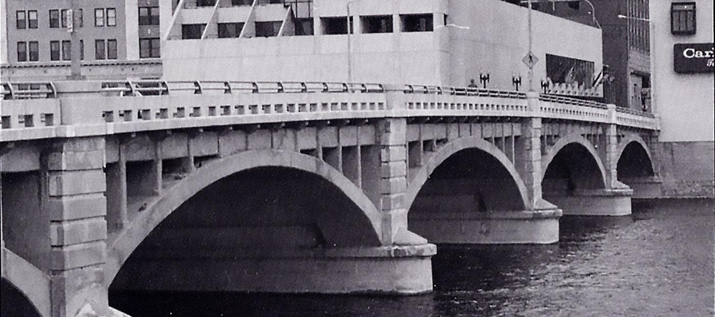pearl street bridge grand rapids michigan